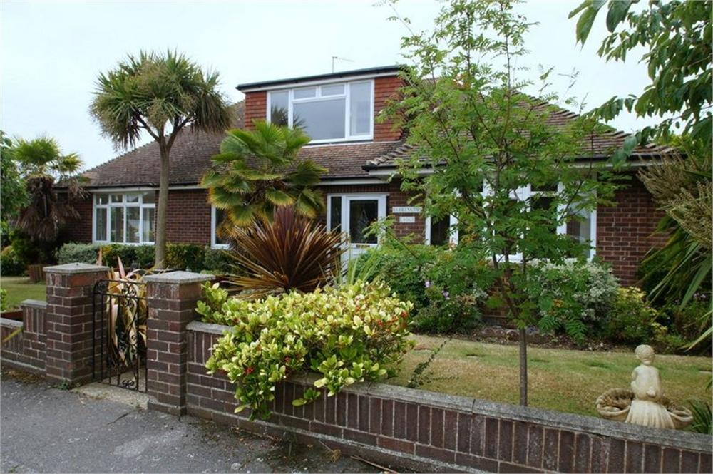 2 Bedrooms Chalet House for sale in Barrington Gardens, CLACTON-ON-SEA, Essex