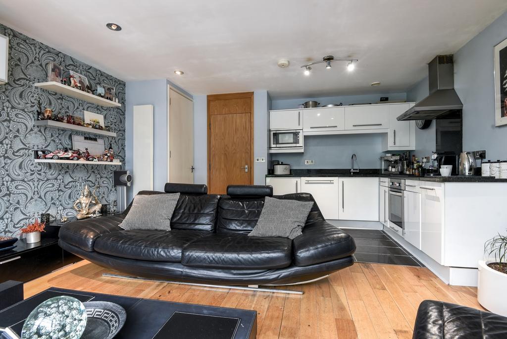 2 Bedrooms Flat for sale in Station Crescent, London, SE3