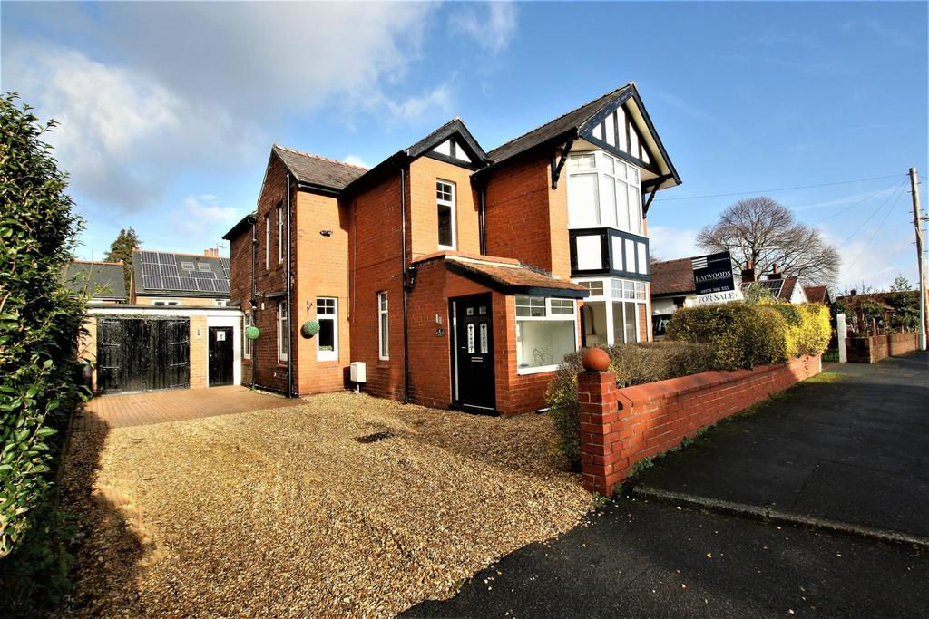 3 Bedrooms Detached House for sale in Tudor Road, Wrexham, LL13 7HF