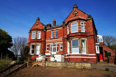 3 bedroom apartment to rent - Raincliffe Avenue, Scarborough