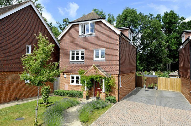 4 Bedrooms Detached House for sale in Chiddingfold