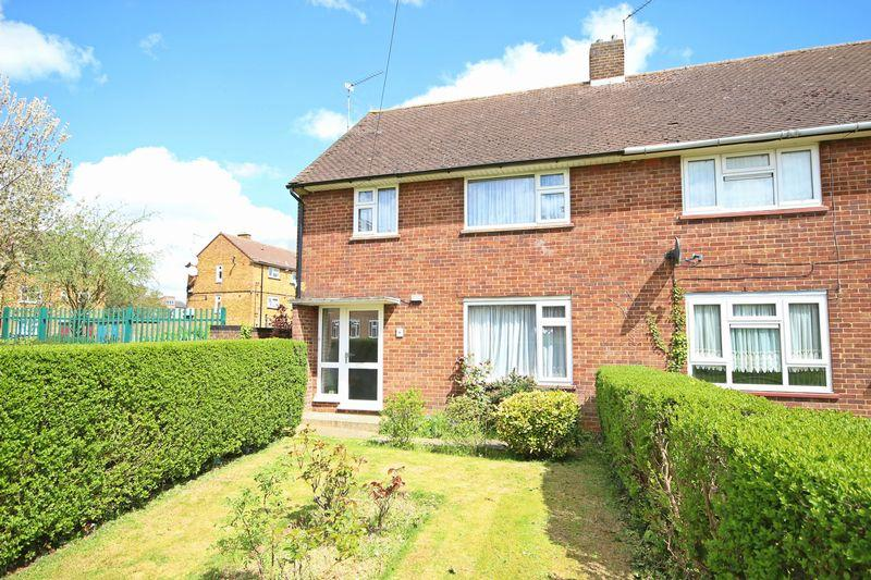 4 Bedrooms Semi Detached House for sale in Wulwards Close, Luton