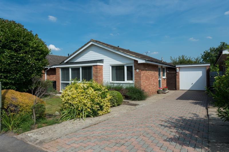 2 Bedrooms Detached Bungalow for sale in Blandy Avenue, Southmoor, Abingdon