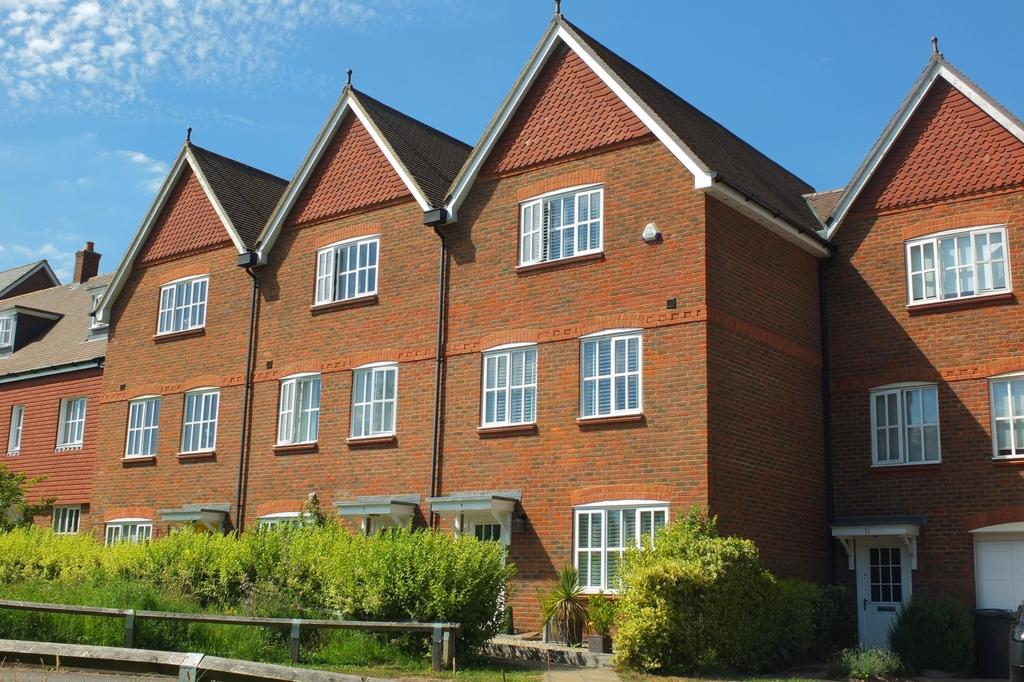 4 Bedrooms House for sale in Pierces Lane, Bolnore Village, Haywards Heath, RH16
