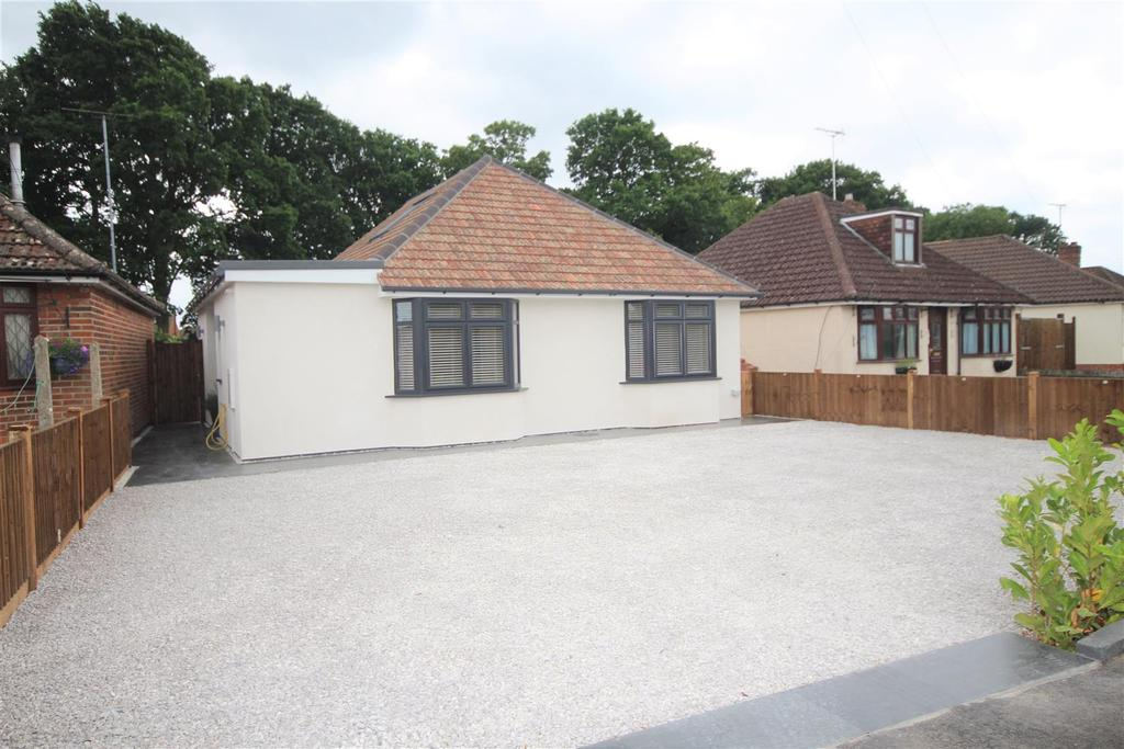 4 Bedrooms Detached Bungalow for sale in Woodlands Avenue, Woodley, Reading