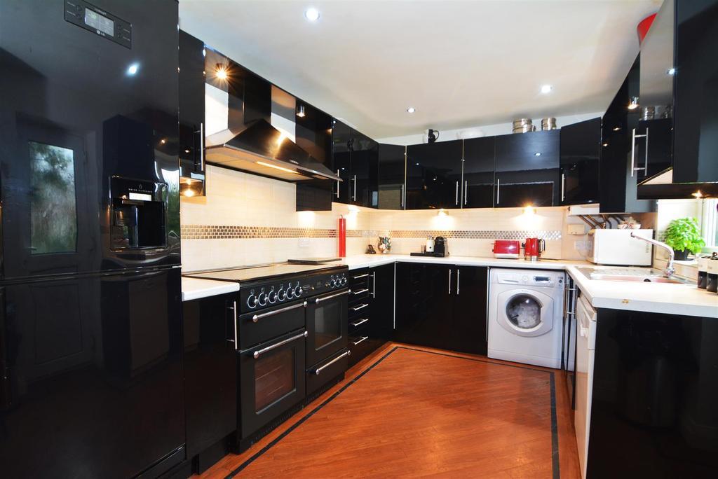 3 Bedrooms End Of Terrace House for sale in Greenlea Avenue, Yeadon, Leeds