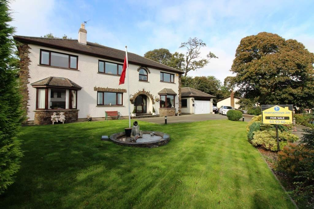 4 Bedrooms Detached House for sale in 19 Farmhill Park, Douglas, IM2 2EE