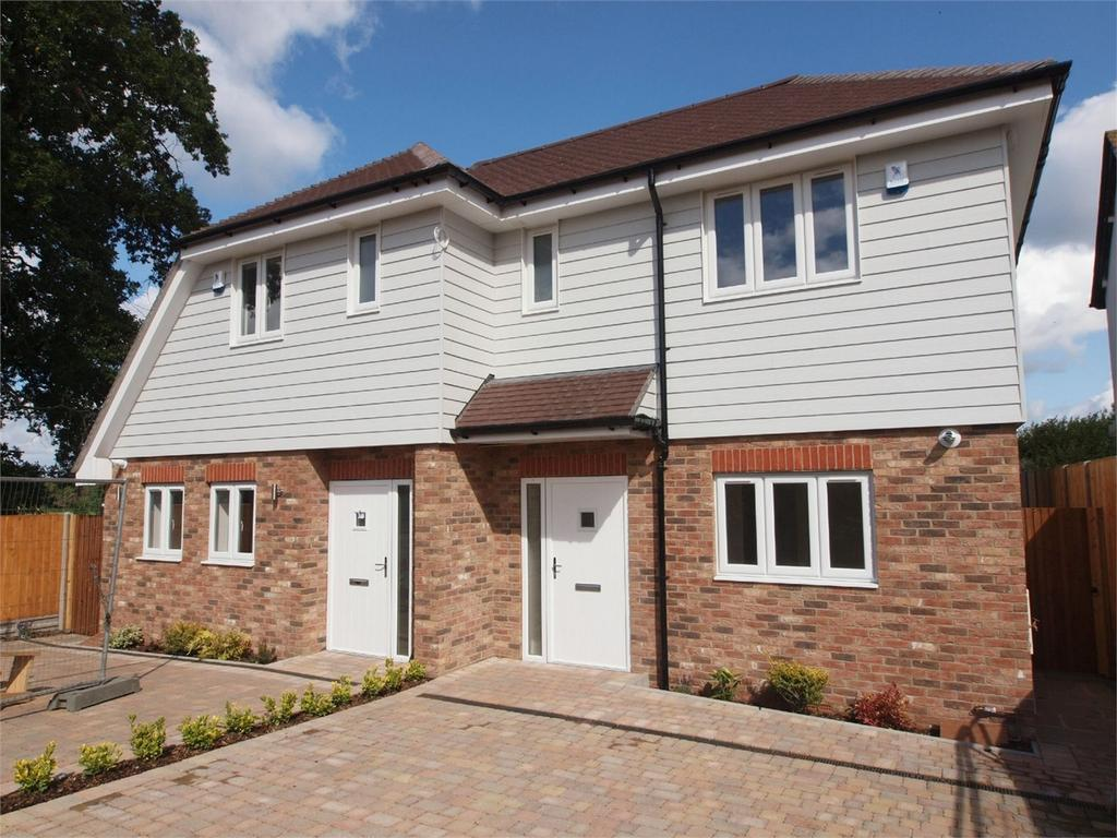 2 Bedrooms Semi Detached House for sale in Scrubbs Cottages, Whitebeam Avenue, Bromley