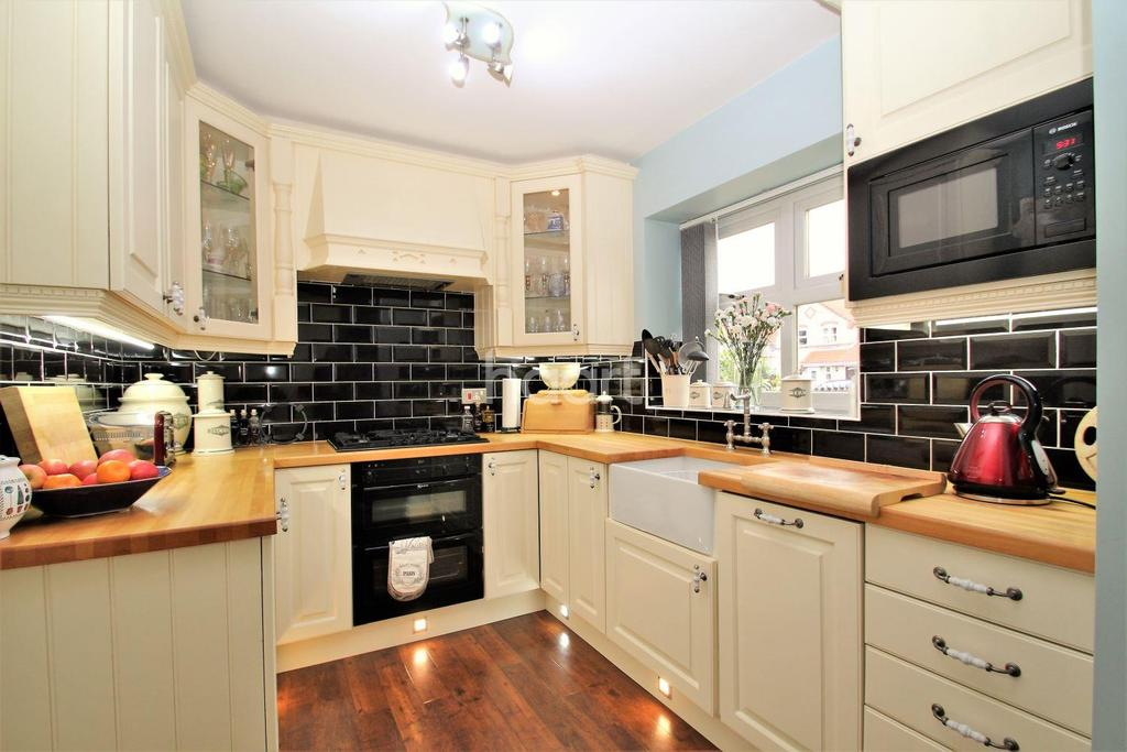 4 Bedrooms Semi Detached House for sale in The Paddock, Adwick-le-Street, Doncaster