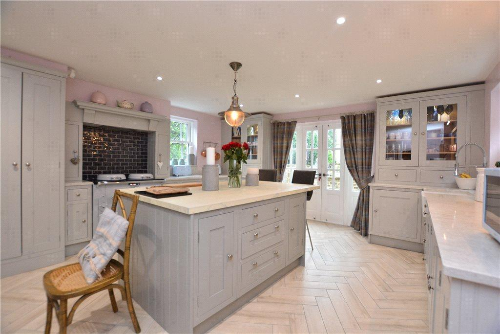 3 Bedrooms Detached House for sale in North Lane, Roundhay, Leeds