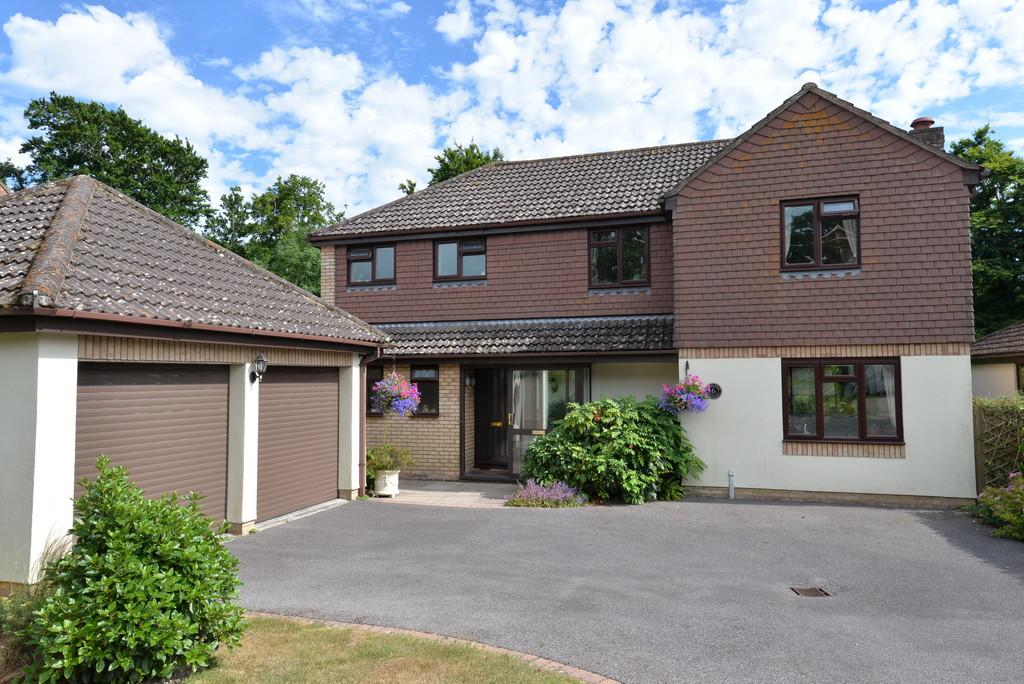 4 Bedrooms Detached House for sale in Otters Walk, New Milton
