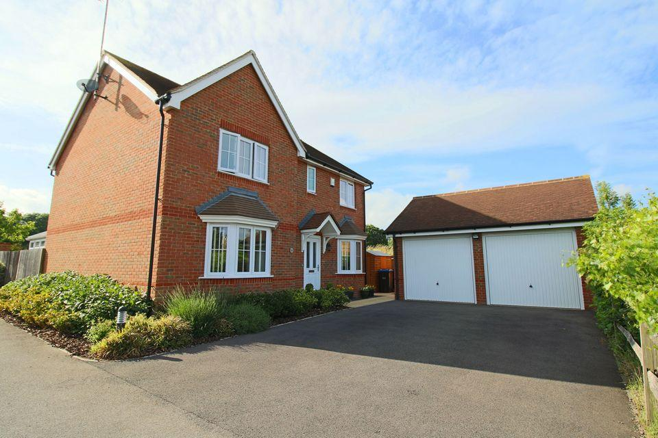 4 Bedrooms Detached House for sale in Oak Tree Drive, Hassocks, West Sussex, BN6 8YD.
