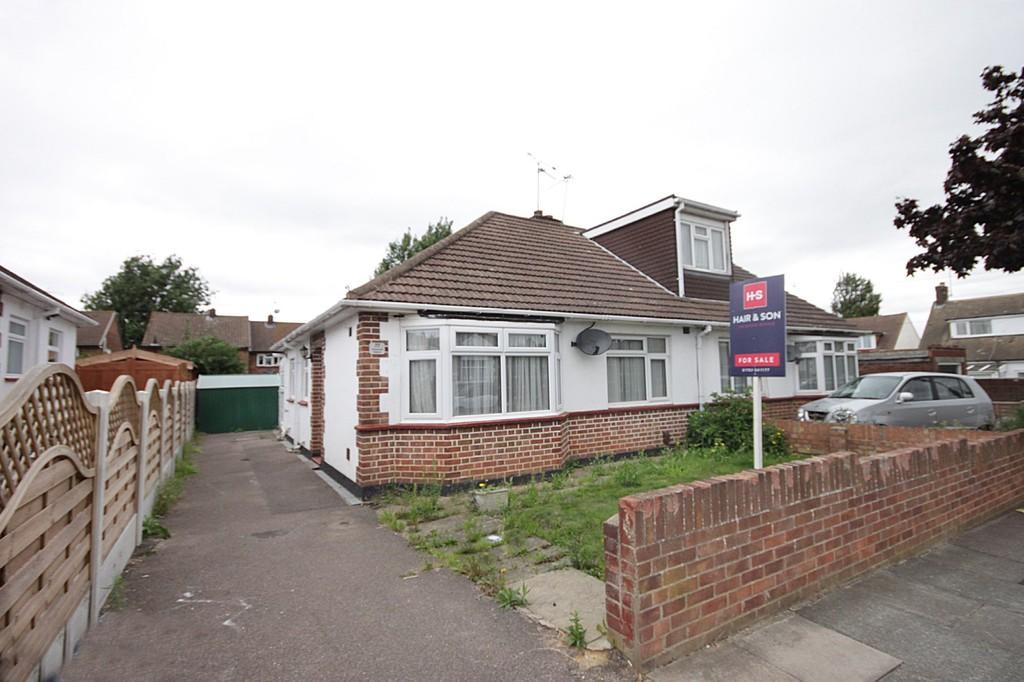 2 Bedrooms Semi Detached Bungalow for sale in Dulverton Avenue, Westcliff-on-Sea