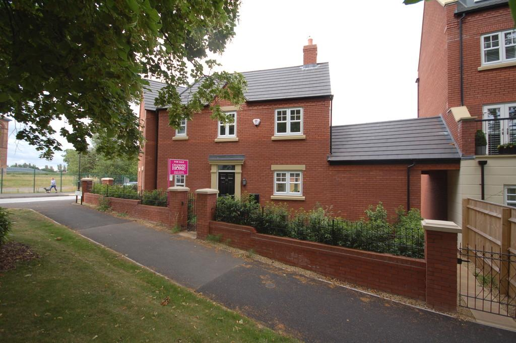 3 Bedrooms Semi Detached House for sale in Upton Grange, Upton