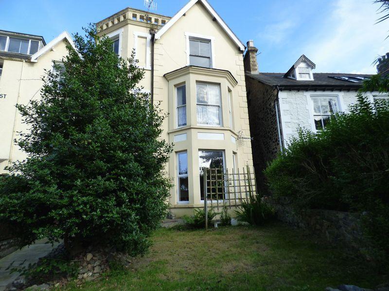 3 Bedrooms Flat for sale in Ground Floor Flat, Fron Helyg, Park Crescent, Llanfairfechan