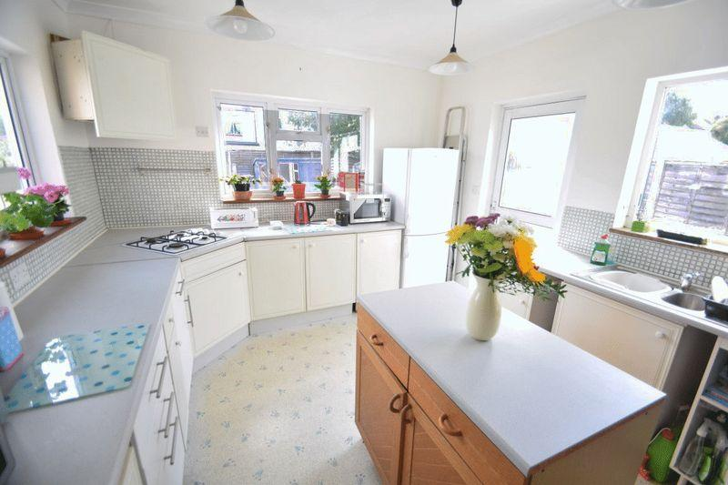 4 Bedrooms Semi Detached House for sale in St Georges Park Avenue, Westcliff-On-Sea