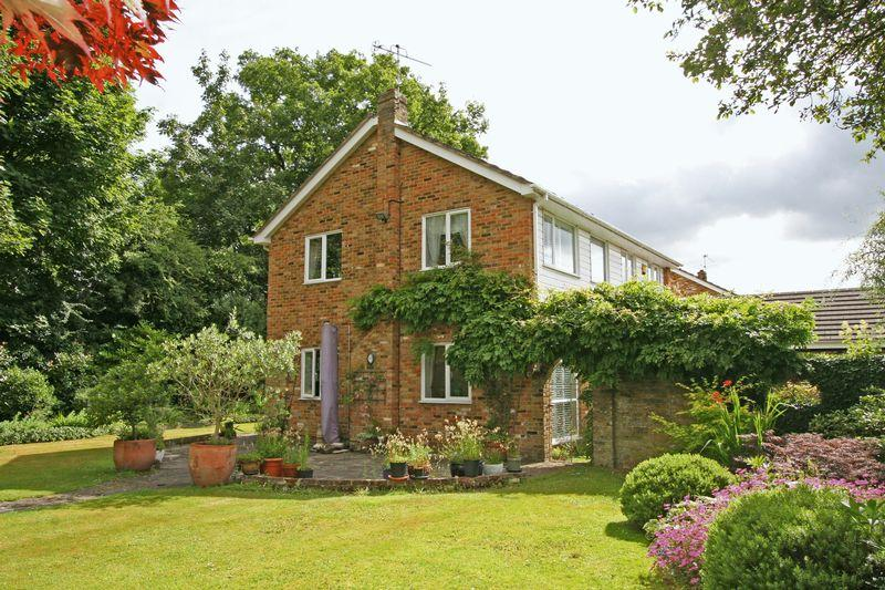 4 Bedrooms Link Detached House for sale in Kennedy Close, Farnham Common, Buckinghamshire SL2