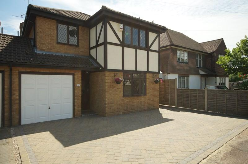 4 Bedrooms Detached House for sale in Bellhouse Lane, LEIGH-ON-SEA