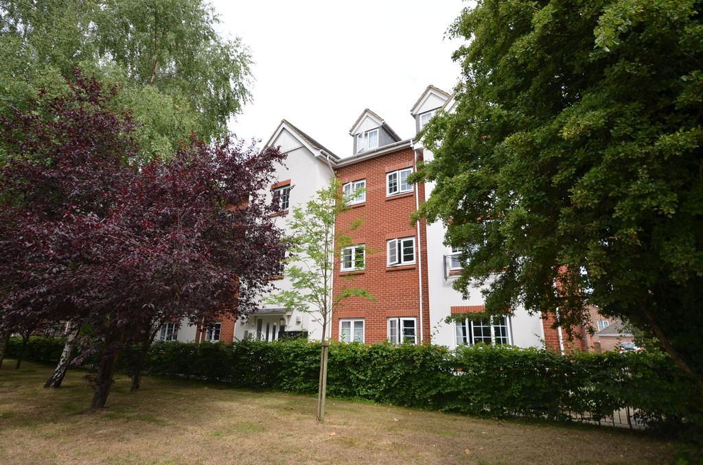 2 Bedrooms Flat for sale in Squirrel Court, Aldershot