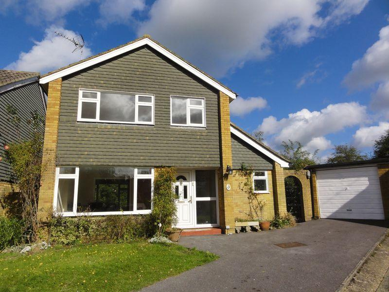 3 Bedrooms Detached House for rent in Dukes Close, Cranleigh