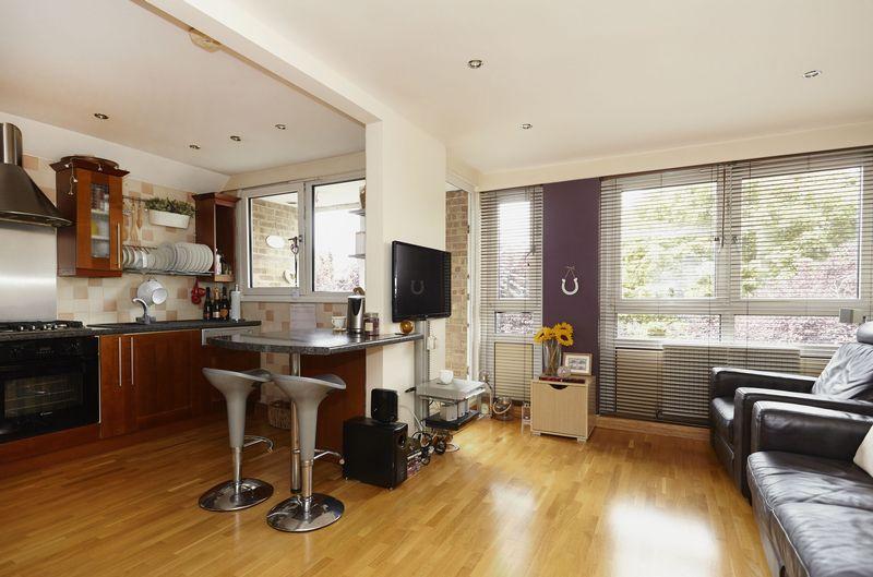 3 Bedrooms Maisonette Flat for sale in Flintmill Crescent, SE3