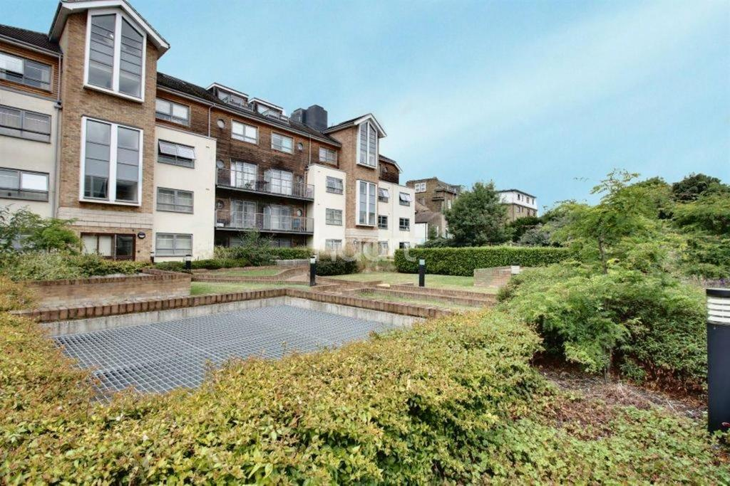 1 Bedroom Flat for sale in Russell House, Sydenham Road, Croydon, CR0