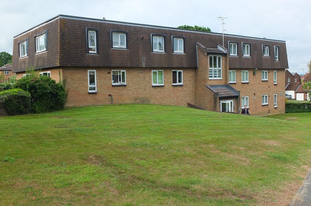 2 Bedrooms Flat for sale in Iona Way, Haywards Heath, RH16