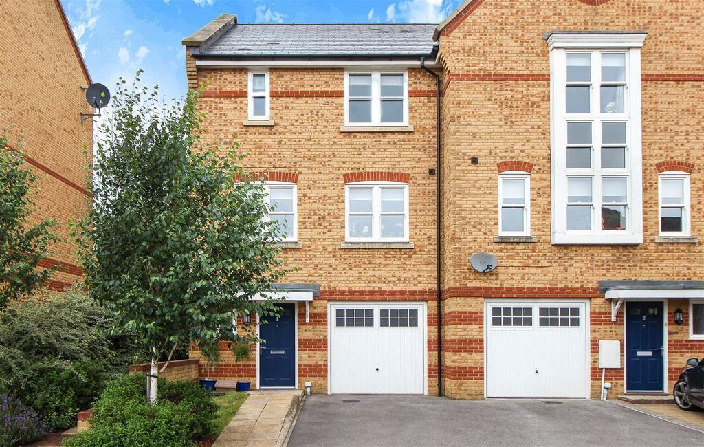 4 Bedrooms End Of Terrace House for sale in Chapman Way, Haywards Heath