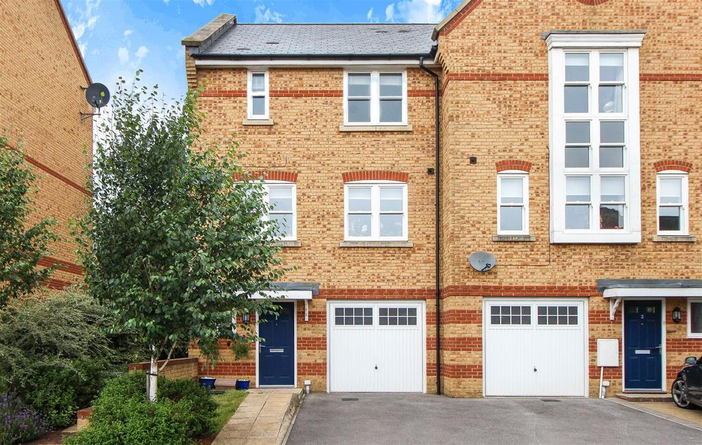 4 Bedrooms End Of Terrace House for sale in Chapman Way, Haywards Heath