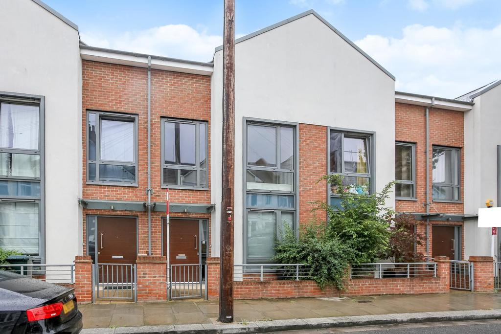 3 Bedrooms Semi Detached House for sale in Elbe Street, Fulham