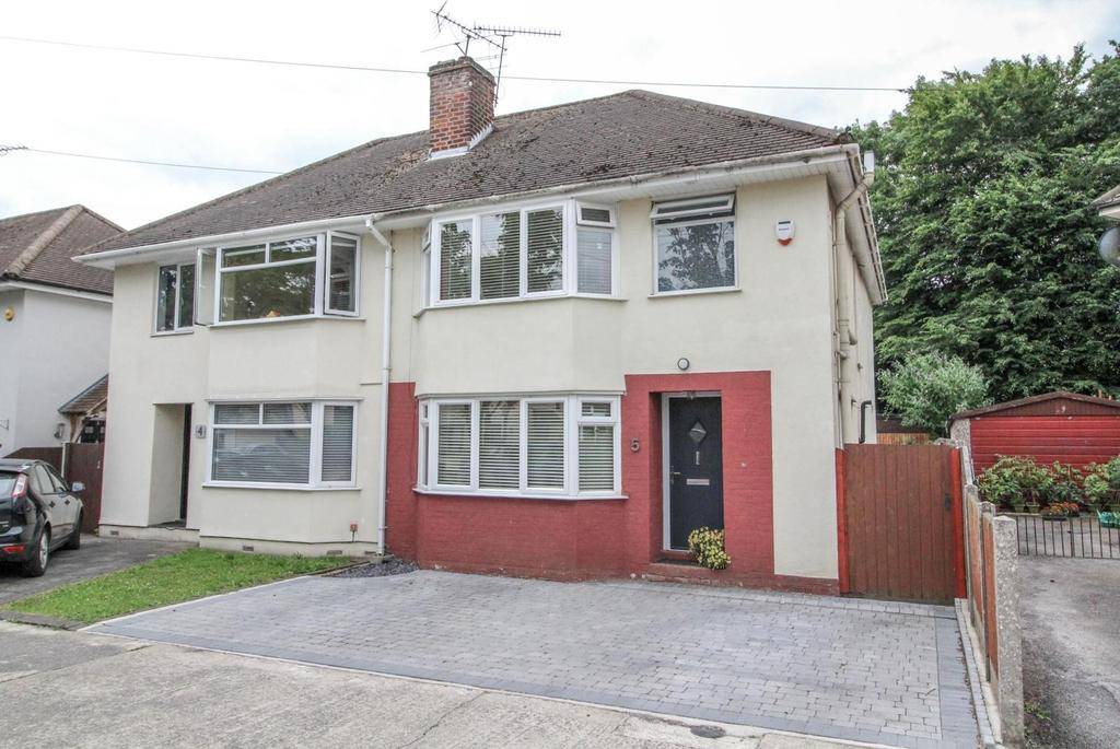 3 Bedrooms Semi Detached House for sale in Warescot Close, Brentwood, Essex, CM15
