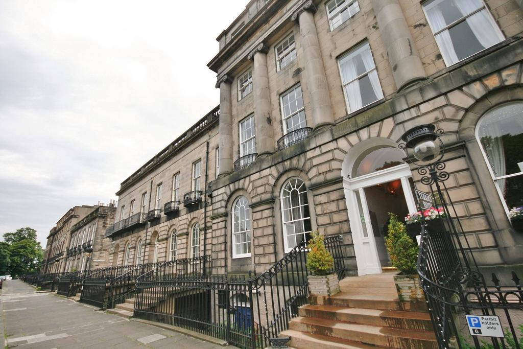 1 Bedroom Flat for sale in 38/3 Royal Terrace, New Town, Edinburgh EH7 5AH