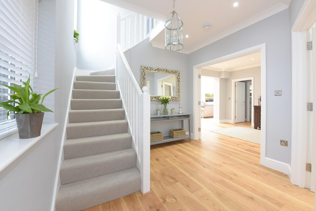 5 Bedrooms Detached House for sale in Oatlands Drive, Weybridge, Surrey, KT13