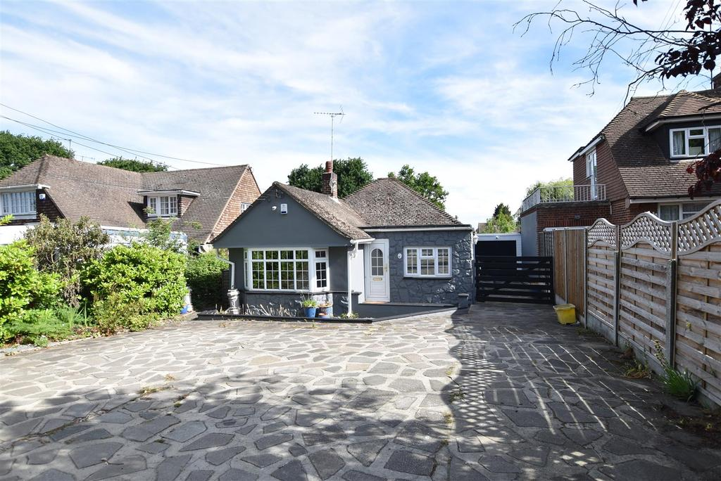 3 Bedrooms Detached Bungalow for sale in Thundersley
