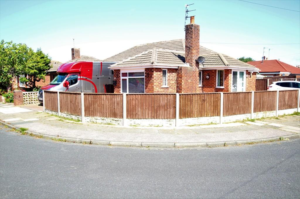 3 Bedrooms Semi Detached Bungalow for sale in Woodfield Road, Thornton