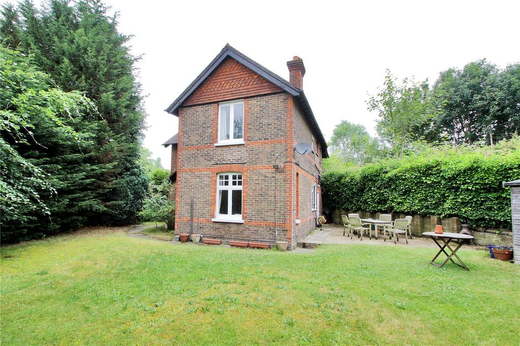 3 Bedrooms Detached House for sale in Barrow Green Road, Oxted, Surrey, RH8