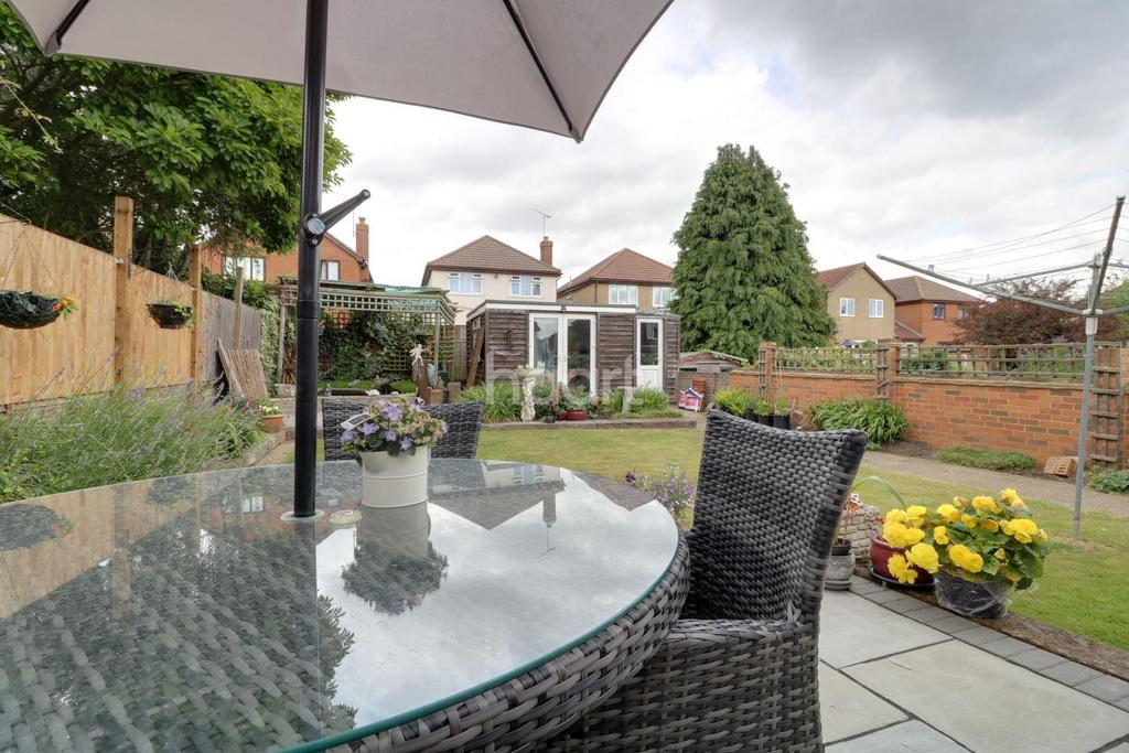 4 Bedrooms Semi Detached House for sale in Roach Avenue, Rayleigh