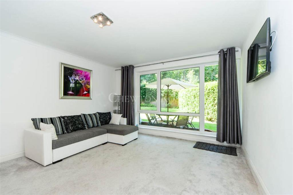 3 Bedrooms Flat for sale in London Road, Sunninghill