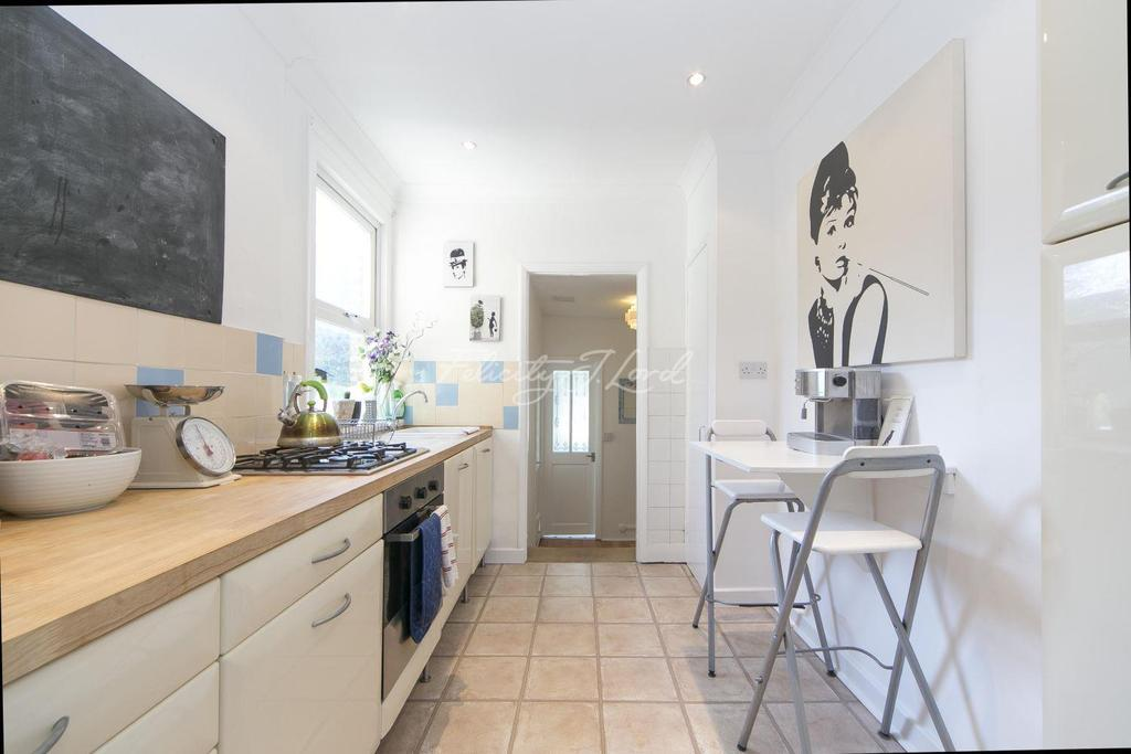 2 Bedrooms Flat for sale in Gurdon Road, Charlton, SE7