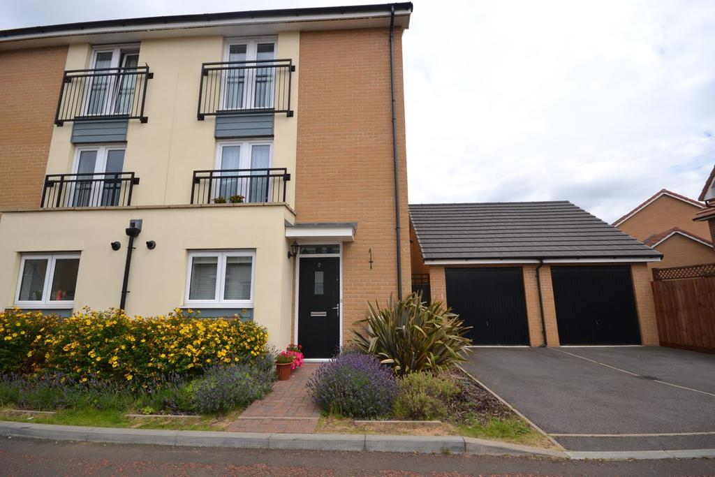 4 Bedrooms Town House for sale in Ambrose Chase, Basildon, SS14