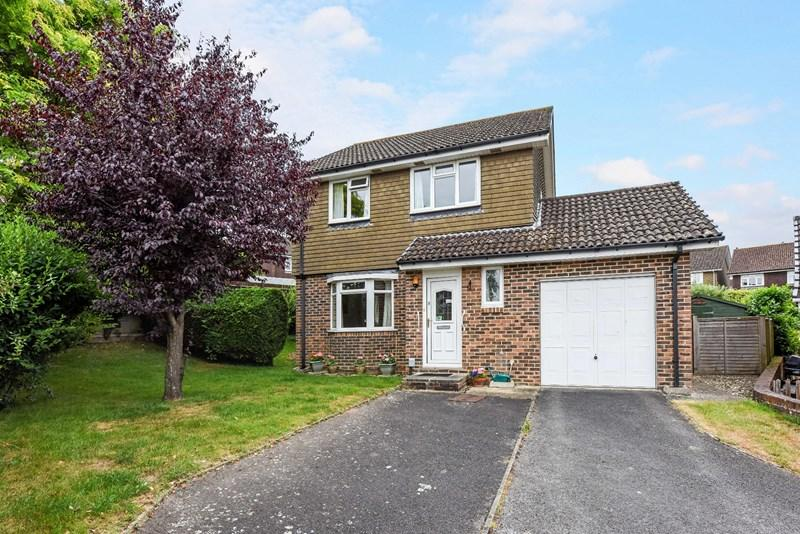 3 Bedrooms Detached House for sale in Richborough Drive, Charlton, Andover