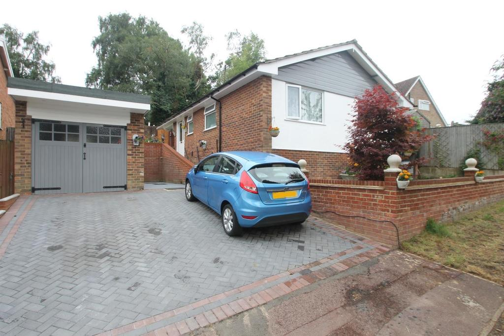 3 Bedrooms Bungalow for sale in Neville Close, Penenden Heath, Maidstone