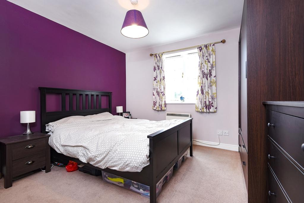 2 Bedrooms Flat for sale in Gilbert Close, London, SE18