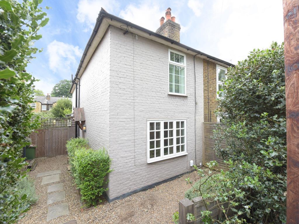 3 Bedrooms Semi Detached House for sale in Heath Road, Weybridge KT13