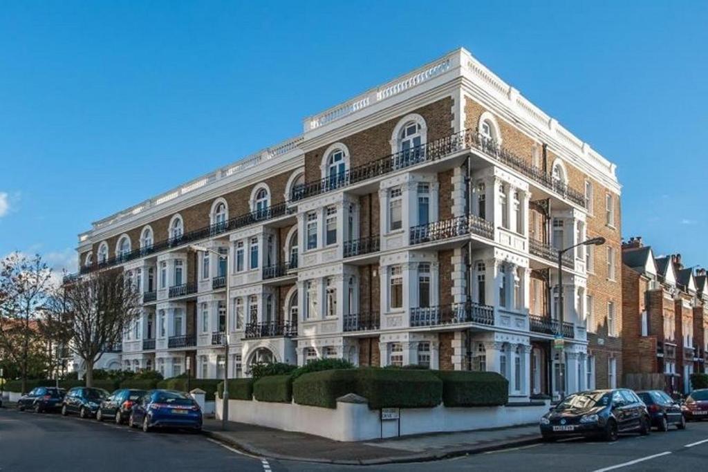 2 Bedrooms Flat for sale in Sisters Avenue, Battersea, SW11