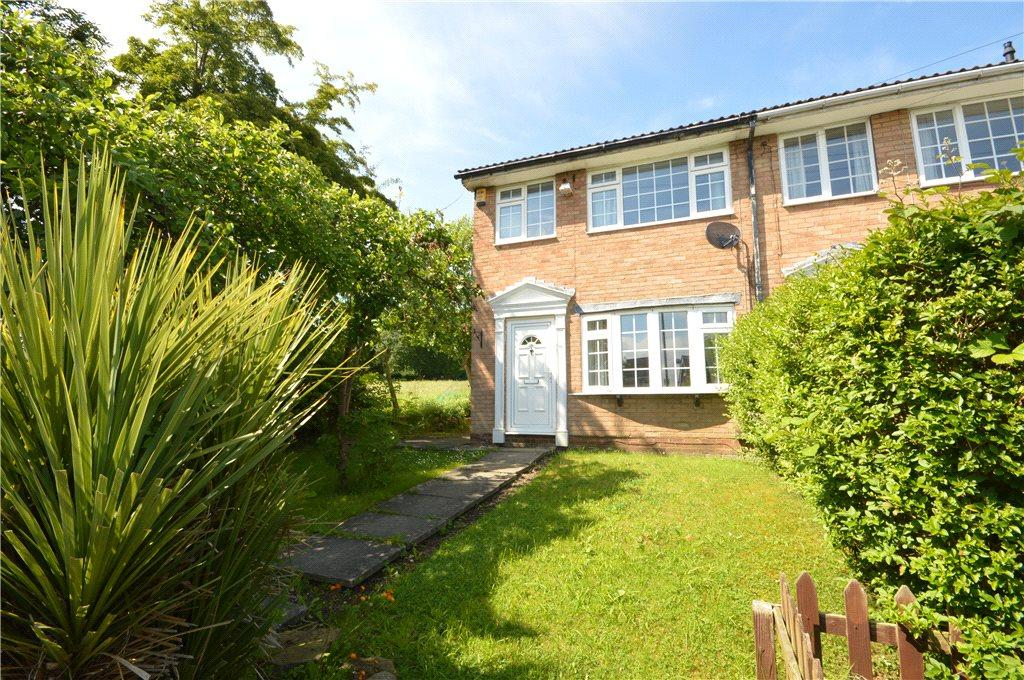 3 Bedrooms Terraced House for sale in Highlea Close, Yeadon, Leeds, West Yorkshire