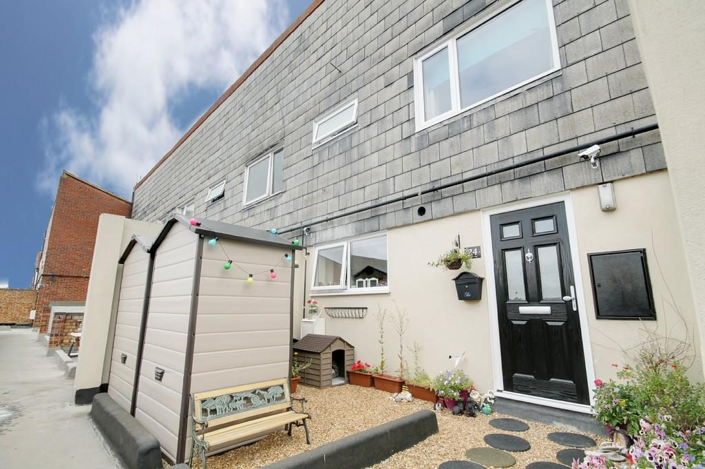 2 Bedrooms Maisonette Flat for sale in Chaucer Way, Hoddesdon, Herts
