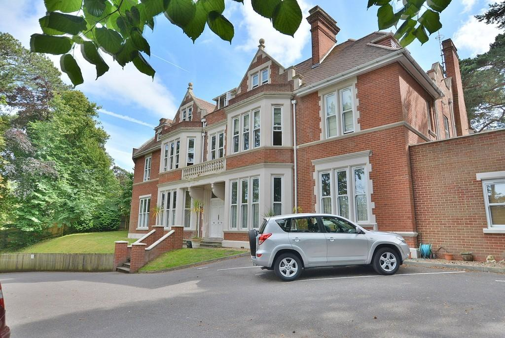 2 Bedrooms Ground Flat for sale in Bassett House, 41 Knyveton Road, Bournemouth