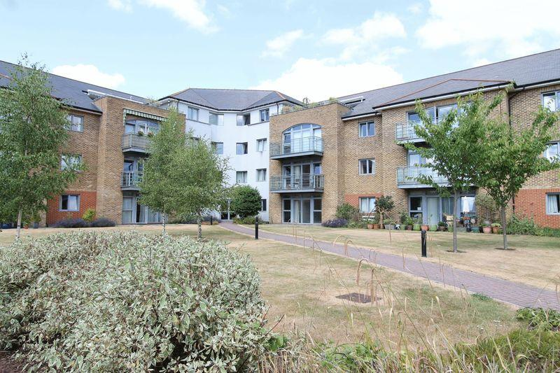 2 Bedrooms Ground Flat for sale in Godalming, Surrey, GU7