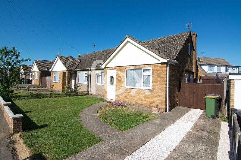 3 Bedrooms Semi Detached Bungalow for sale in Harewood Avenue, Rochford